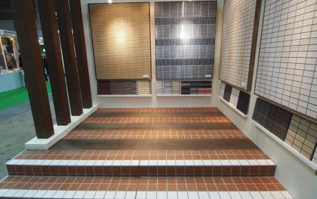 展示ブース内03 実物タイルで階段の踊り場を表現